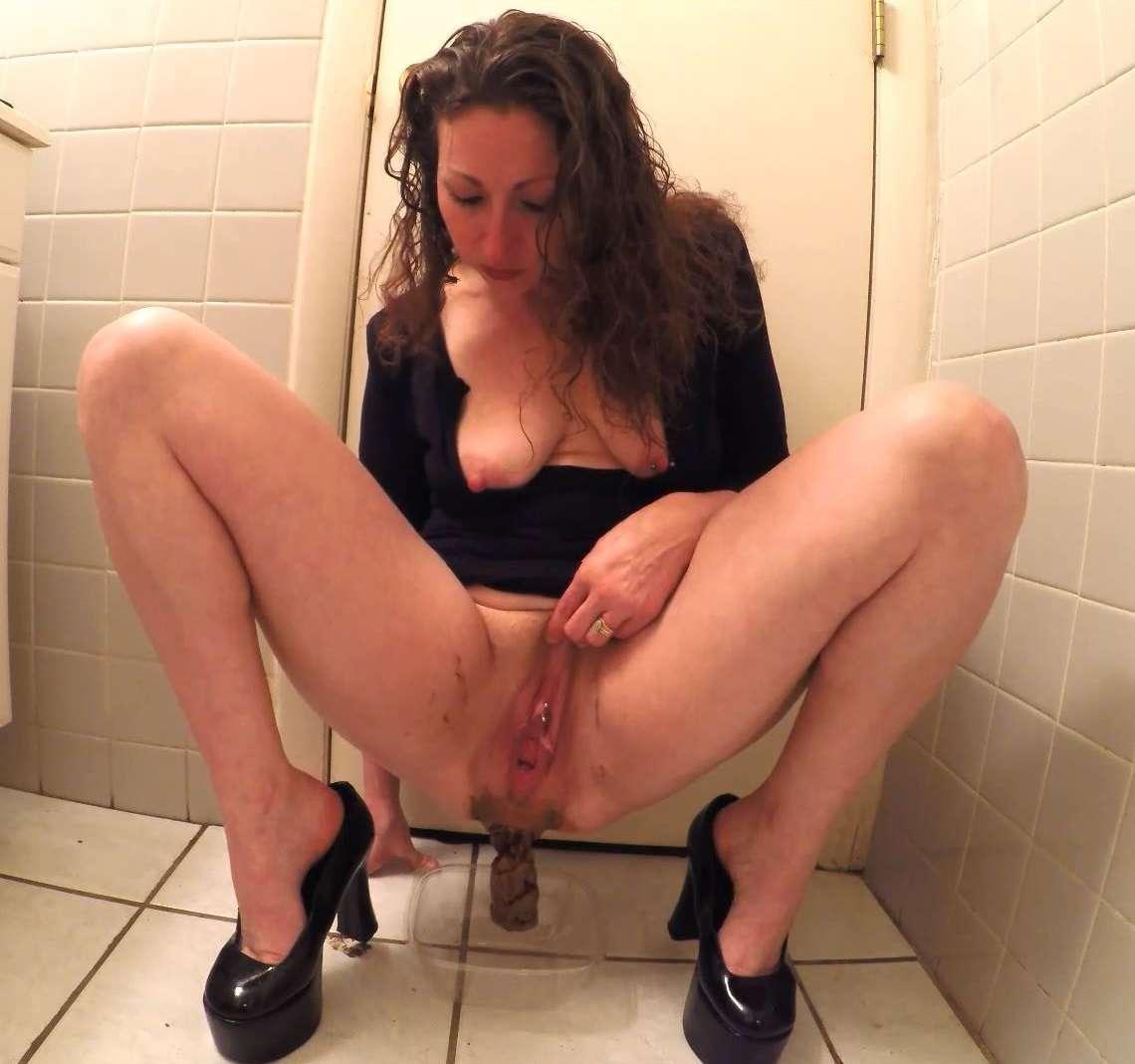 Naked girl pooping and vaping